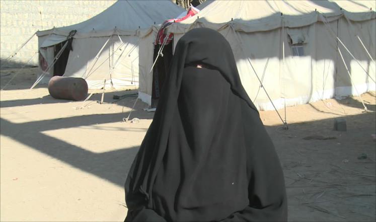 أم مراد قالت إن أولادها لم يستطيعوا الالتحاق بالمدرسة بسبب بعدها عن مكان سكنهم (الجزيرة)